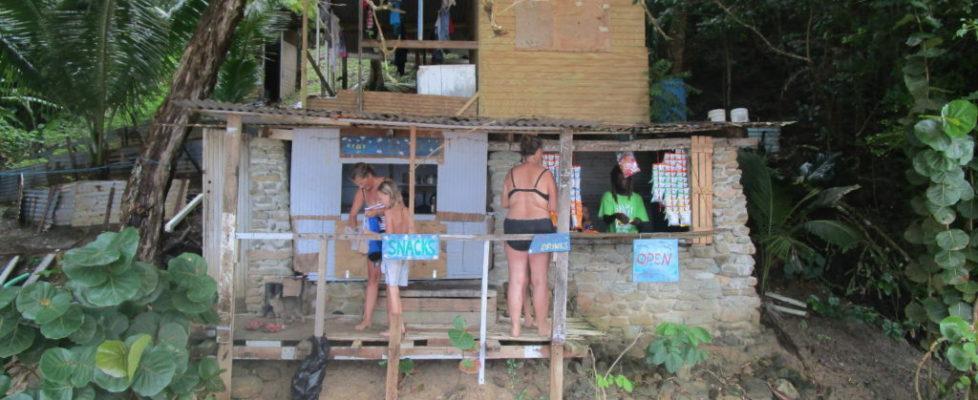 Strandbaren slog upp sina portar när vi kom in simmandes till stranden
