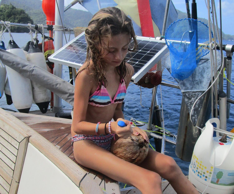 Mathilda delar kokosnöt