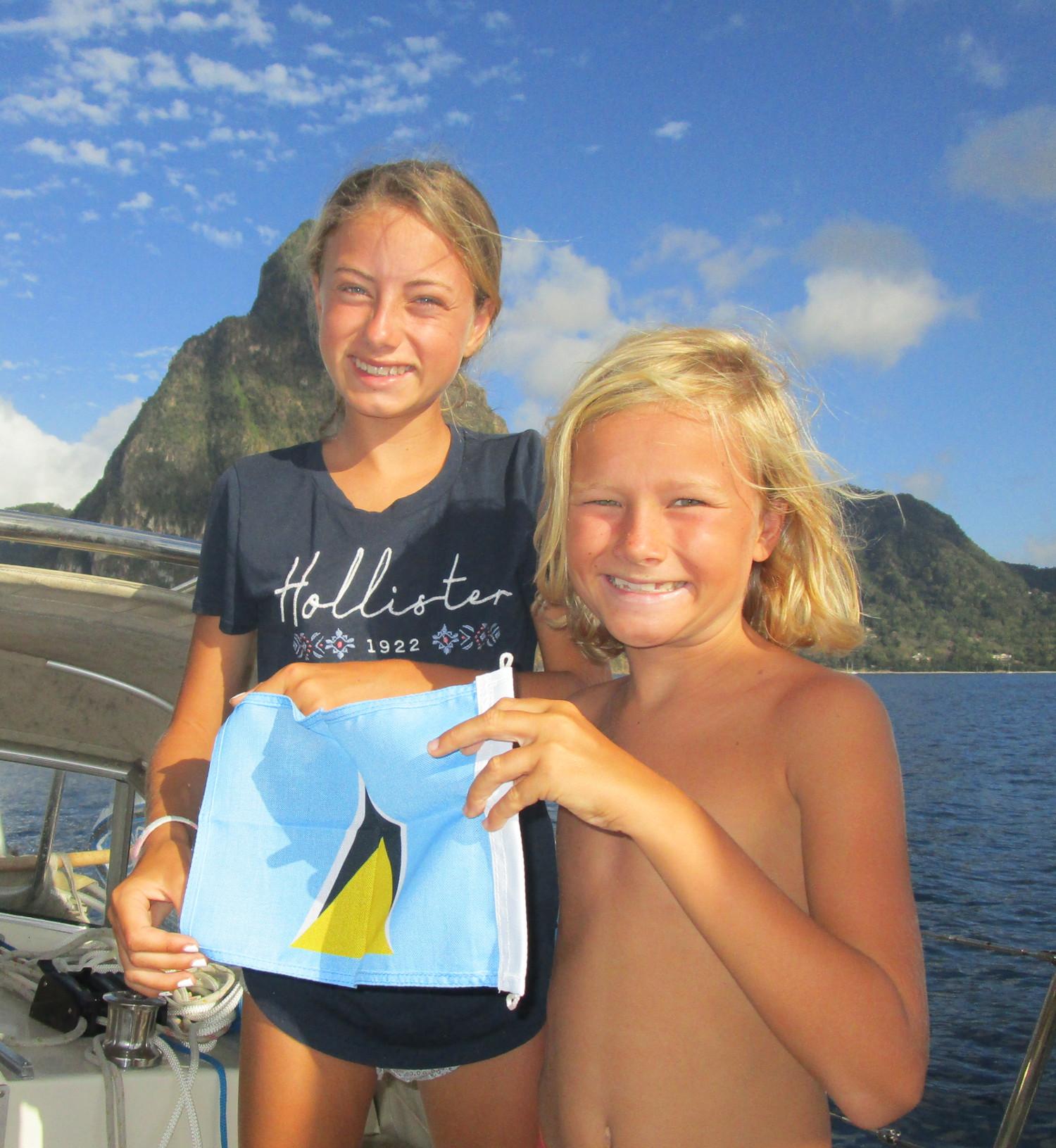 Troels och Mathilda får äran att hissa gästflaggan