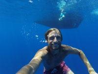 Dykning i blått hav