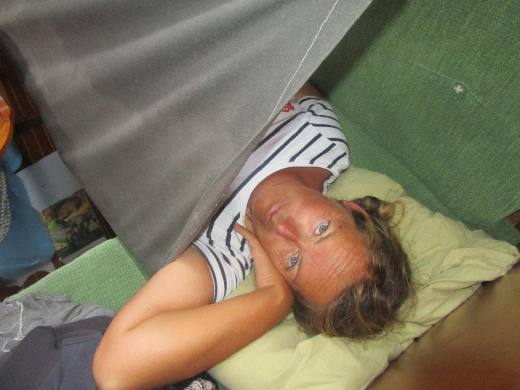 Vi måste vara fastspända när vi sover för att inte ramla ur kojen.
