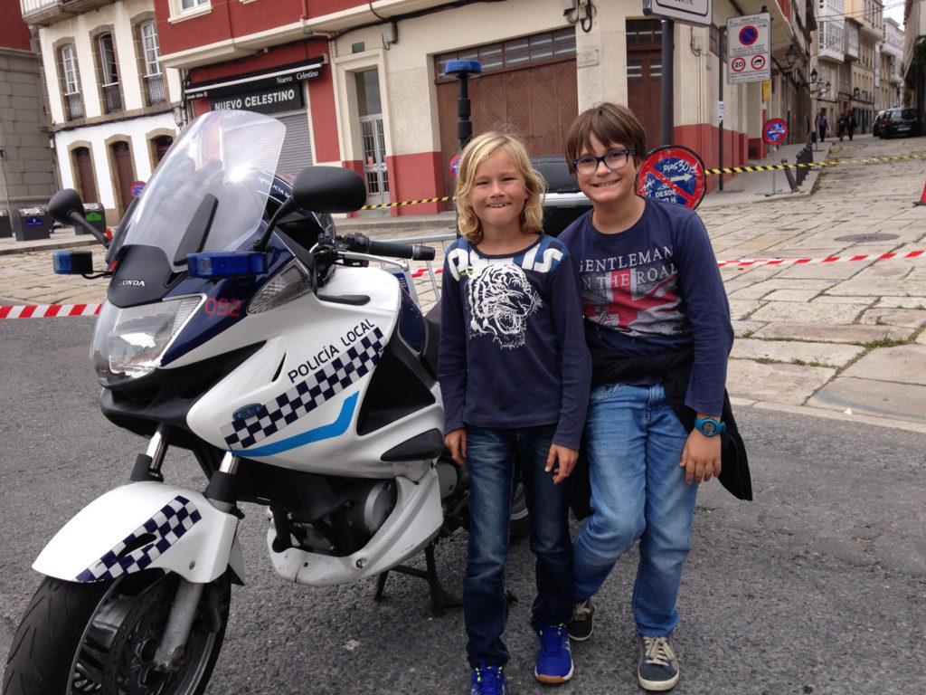 Stolta kusiner fick prova polismotorcykeln